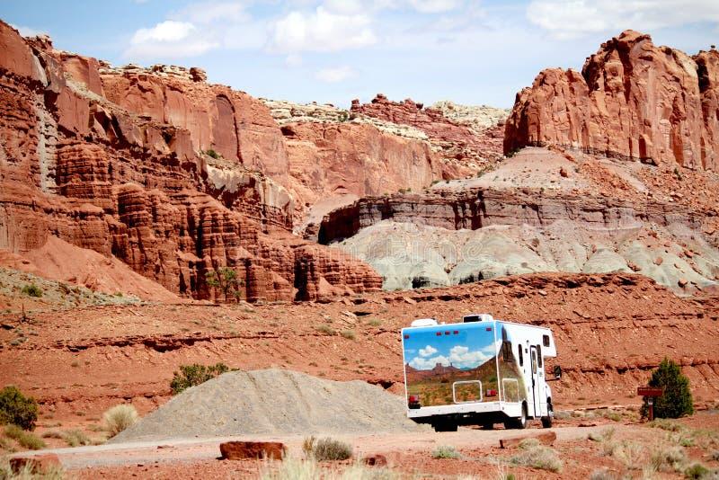 Σπίτι rv μηχανών που ταξιδεύει μέσω των κόκκινων βράχων στη Γιούτα στοκ φωτογραφία με δικαίωμα ελεύθερης χρήσης