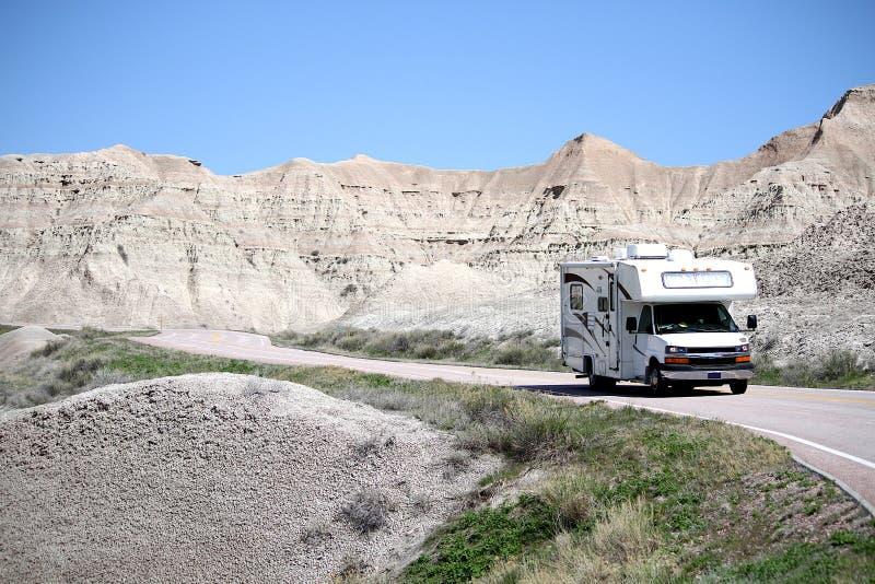 Σπίτι rv μηχανών που ταξιδεύει στο εθνικό πάρκο Badlands, νότια Ντακότα στοκ εικόνα