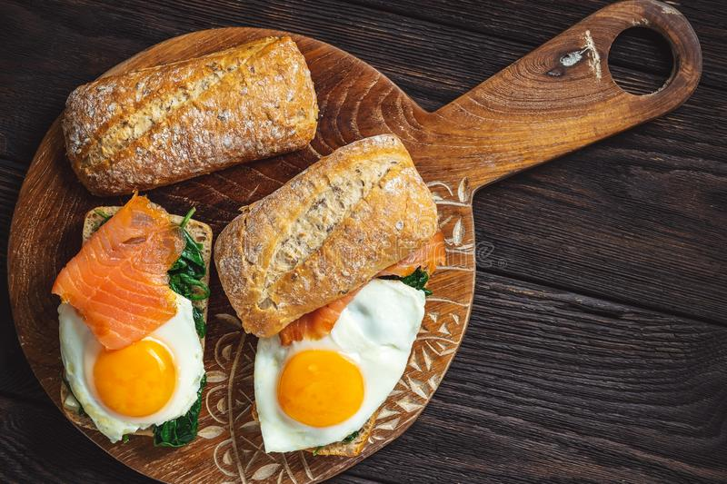 Σπανάκι, καπνιστός σολομός και σάντουιτς με αυγό στοκ φωτογραφία με δικαίωμα ελεύθερης χρήσης