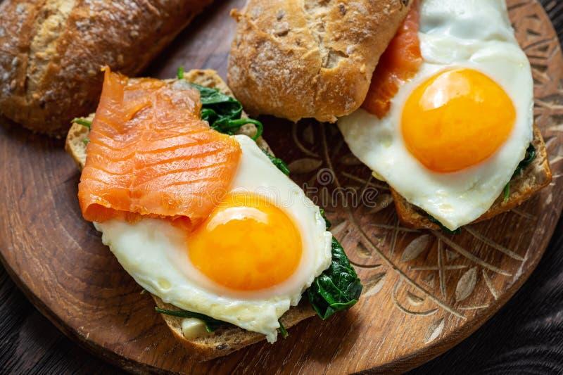 Σπανάκι, καπνιστός σολομός και σάντουιτς με αυγό στοκ εικόνες