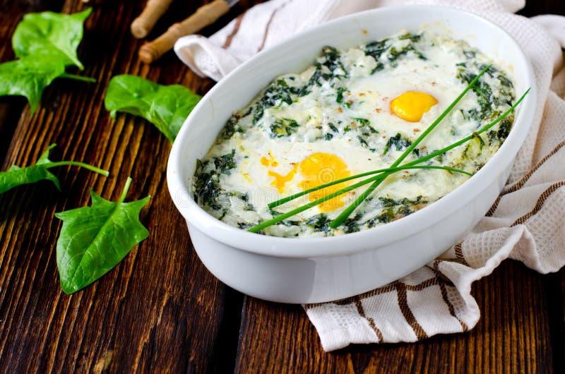 Σπανάκι που ψήνεται με το τυρί, αυγό στοκ εικόνα με δικαίωμα ελεύθερης χρήσης
