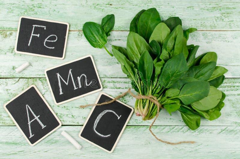 Σπανάκι πλούσιο στην βιταμίνη C, το Α, το μαγγάνιο και σίδηρο στοκ εικόνα