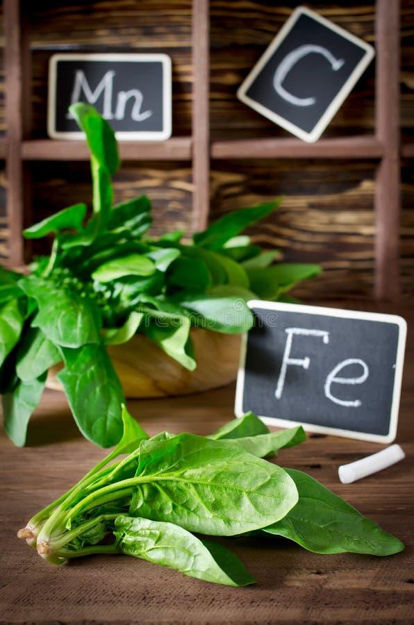 Σπανάκι πλούσιο στην βιταμίνη C, το μαγγάνιο και σίδηρο στοκ φωτογραφίες