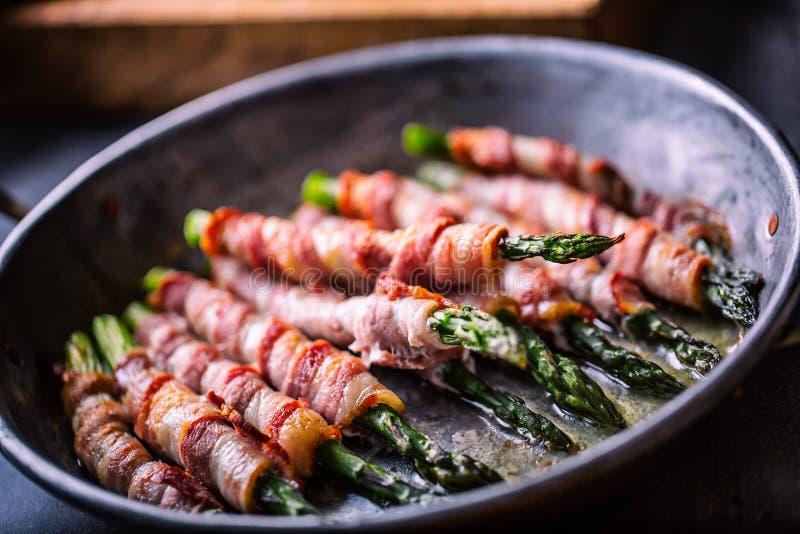 Σπαράγγι Μπέϊκον σπαραγγιού και ρόλων Ψημένο στη σχάρα σπαράγγι με το κυλημένο μπέϊκον και το τηγανισμένο αυγό Τηγανισμένο παλαιό στοκ εικόνες