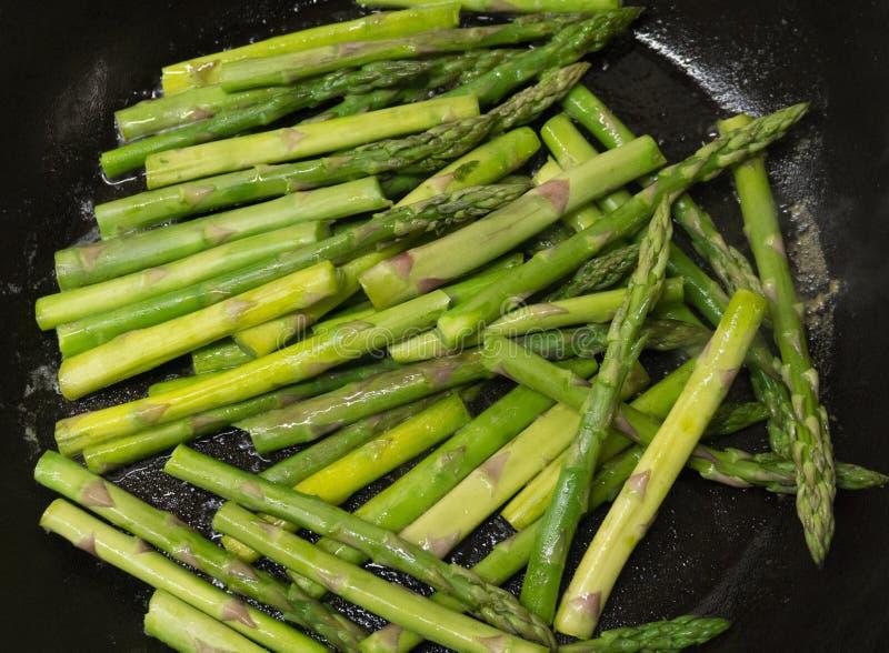 Σπαράγγι στο τηγάνισμα του τηγανιού στοκ φωτογραφία