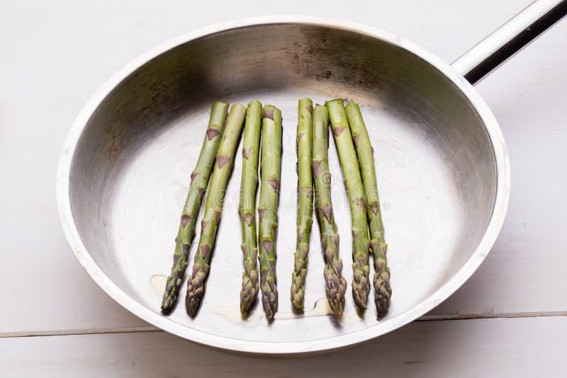 Σπαράγγι στο τηγάνισμα του τηγανιού στοκ φωτογραφίες
