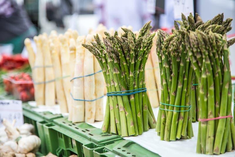 Σπαράγγι Φρέσκες δέσμες του άσπρου και πράσινου σπαραγγιού στην αγορά στοκ εικόνα