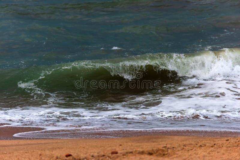 Σπασίματα μεγάλα κυμάτων στην ακτή στοκ φωτογραφίες με δικαίωμα ελεύθερης χρήσης