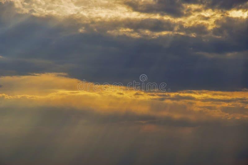 Σπασίματα φωτός του ήλιου μέσω των σύννεφων θύελλας Νεφελώδης ουρανός στο ηλιοβασίλεμα στοκ φωτογραφία με δικαίωμα ελεύθερης χρήσης