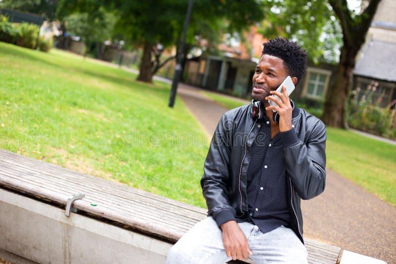 σπασιμάτων κλήσης καφέ τηλεφωνικός χρόνος γραφείων ημέρας σκληρός στην εργασία στοκ φωτογραφία με δικαίωμα ελεύθερης χρήσης