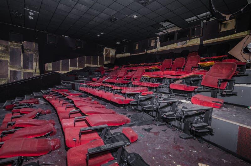 σπασμένα καθίσματα σε έναν κινηματογράφο στοκ εικόνα