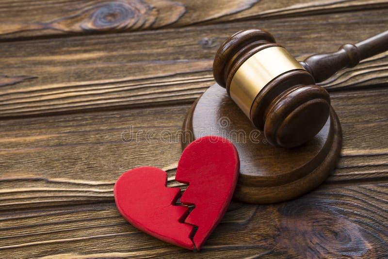 Σπασμένα καρδιά και σφυρί του δικαστή στοκ εικόνες