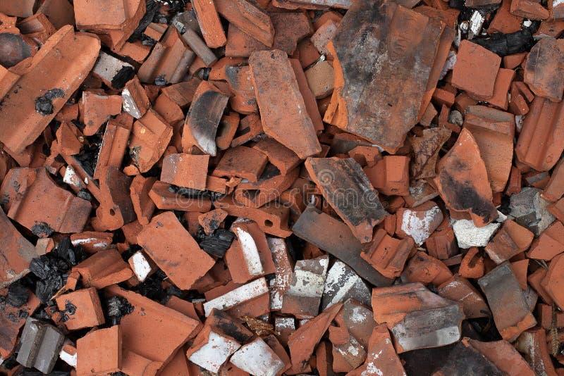 Σπασμένα κεραμίδια τερακότας από τη μμένη στέγη Καταπληκτικά κεραμίδια στεγών, κόκκινα κεραμίδια αργίλου Destrucion στεγών στοκ φωτογραφίες