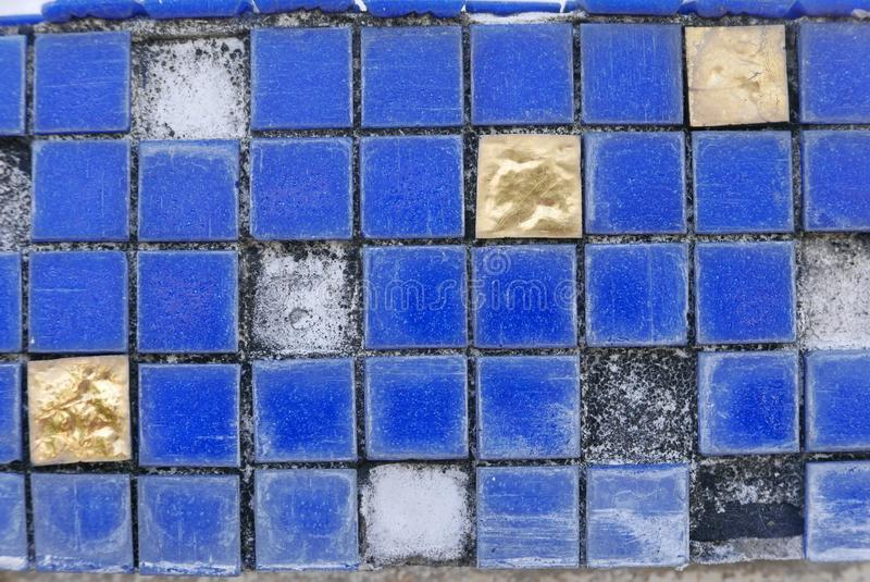 Σπασμένα μπλε, μαύρα και χρυσά κεραμίδια Παλαιός και grunge ανασκόπηση στοκ φωτογραφία