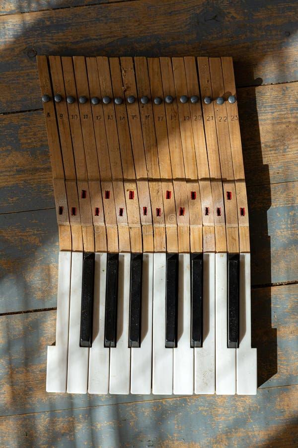 Σπασμένα πλήκτρα πιάνου στοκ φωτογραφία