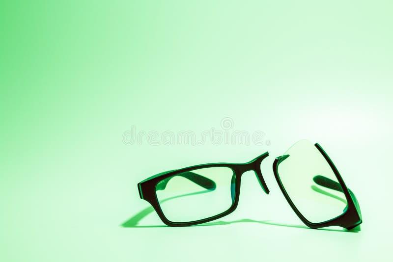 Σπασμένα πλαστικά Eyeglasses στο χρωματισμένο υπόβαθρο στοκ εικόνα με δικαίωμα ελεύθερης χρήσης