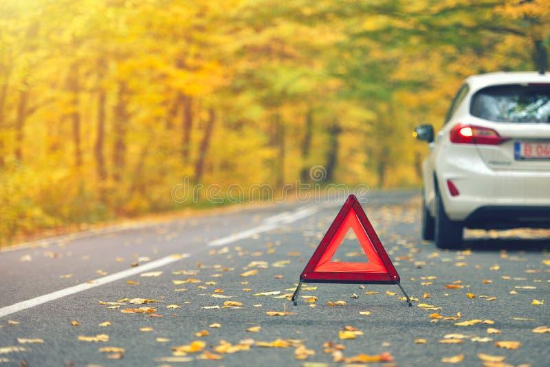 Σπασμένη έννοια αυτοκινήτων, τρίγωνο διακοπής στο δρόμο στοκ φωτογραφία με δικαίωμα ελεύθερης χρήσης