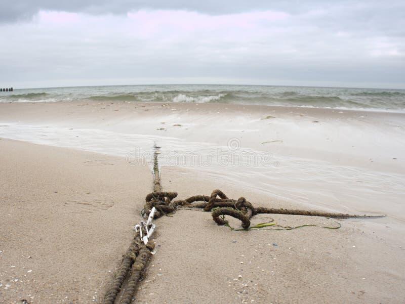 σπασμένη αποβάθρα ξύλινη Παράκτια αποβάθρα με το παλαιό ναυτικό πλέοντας σχοινί στοκ εικόνες