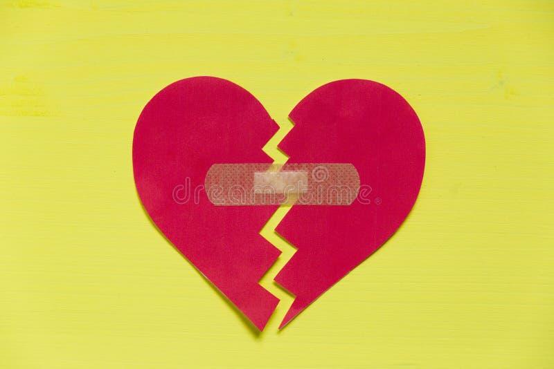 Σπασμένη καρδιά εγγράφου με το μπάλωμα στοκ εικόνες με δικαίωμα ελεύθερης χρήσης