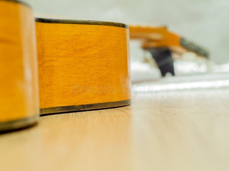 Σπασμένη κλασσική κιθάρα στοκ εικόνες