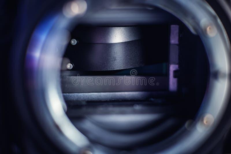 Σπασμένη κουρτίνα παραθυρόφυλλων μιας φωτογραφία-κάμερας DSLR στοκ φωτογραφίες