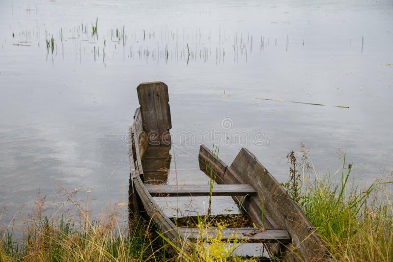 Σπασμένη ξύλινη βάρκα στοκ φωτογραφία με δικαίωμα ελεύθερης χρήσης