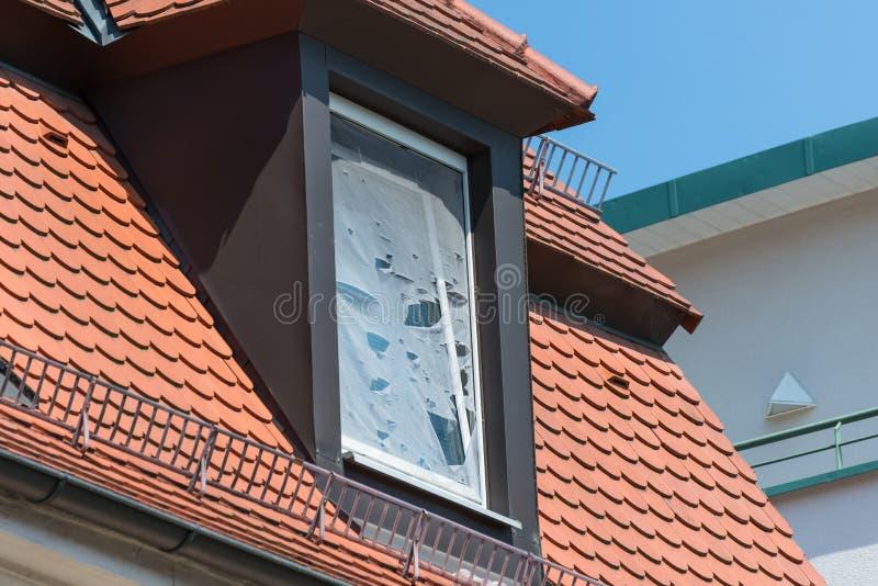 Σπασμένη οθόνη μυγών σε ένα παράθυρο στεγών στοκ φωτογραφίες