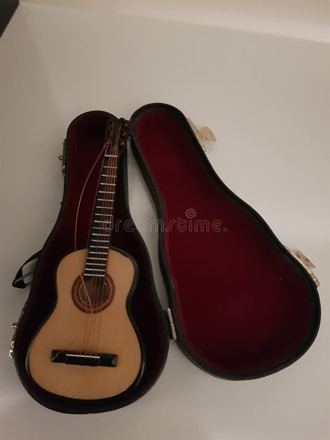 Σπασμένη σειρά στην κιθάρα miniture στοκ φωτογραφία