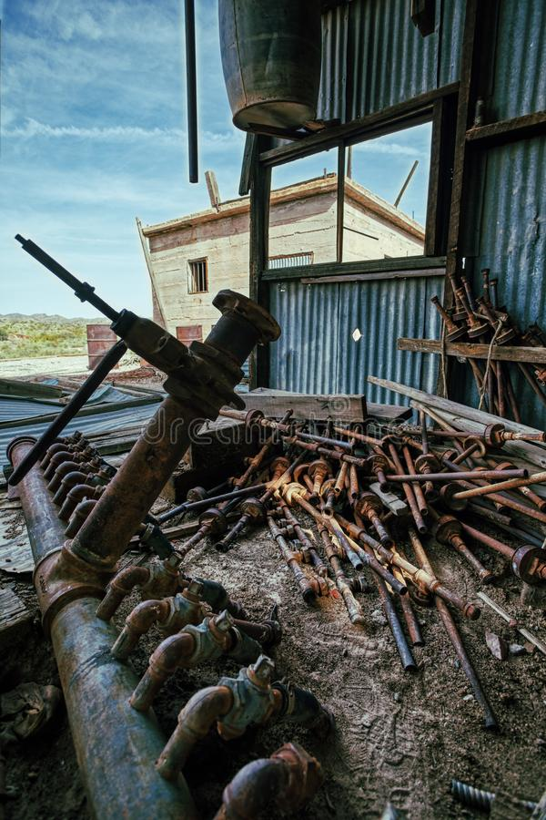 Σπασμένοι πόλη-φάντασμα υδροσωλήνες ορυχείου χρυσού για το χρυσό καθαρισμό στοκ φωτογραφία