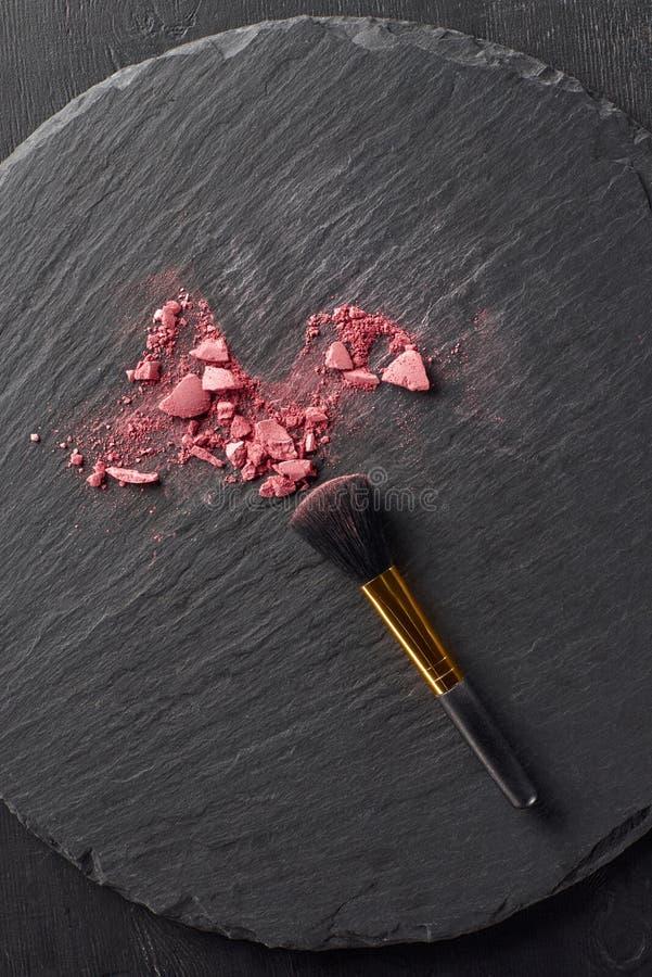 Σπασμένος κοκκινίστε και μαύρη βούρτσα σε στρογγυλό στοκ εικόνα