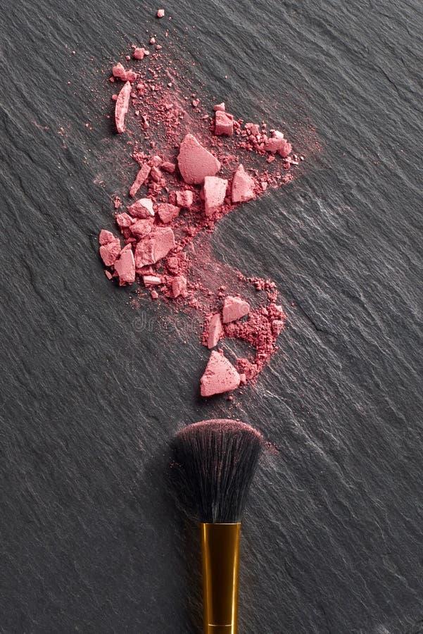 Σπασμένος κοκκινίστε και μεγάλη βούρτσα στο σκοτάδι στοκ εικόνες