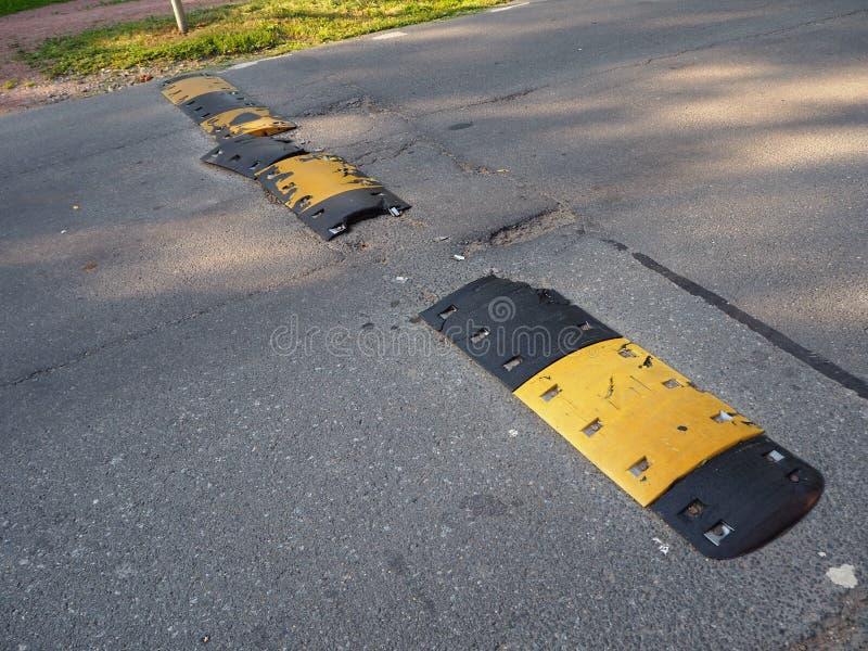Σπασμένος μετά από μια κίτρινη και μαύρη ριγωτή πρόσκρουση ταχύτητας ασφάλειας κυκλοφορίας ατυχήματος στοκ φωτογραφίες με δικαίωμα ελεύθερης χρήσης