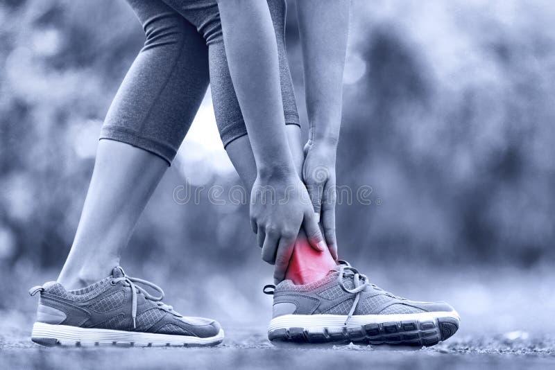 Σπασμένος στριμμένος αστράγαλος - τρέχοντας αθλητικός τραυματισμός στοκ εικόνες