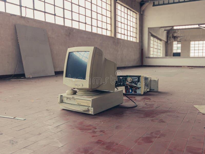 Σπασμένος υπολογιστής που εγκαταλείπεται στοκ εικόνα