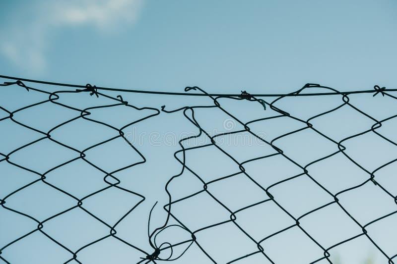 Σπασμένος φράκτης σιδήρου hain στοκ εικόνα με δικαίωμα ελεύθερης χρήσης
