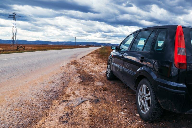 Σπασμένο αυτοκίνητο από ο δρόμος που σταματά τη θυελλώδη ημέρα στοκ εικόνες με δικαίωμα ελεύθερης χρήσης