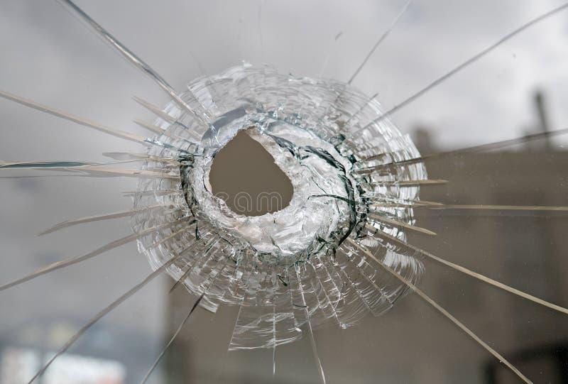 Σπασμένο γυαλί με την τρύπα στοκ εικόνες