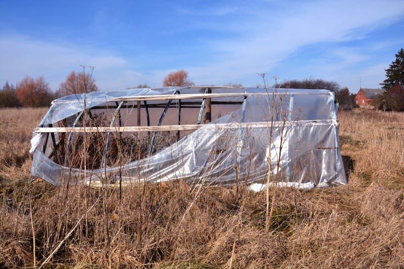 Σπασμένο εγκαταλειμμένο πλαστικό θερμοκήπιο θερμοκηπίων στοκ εικόνες