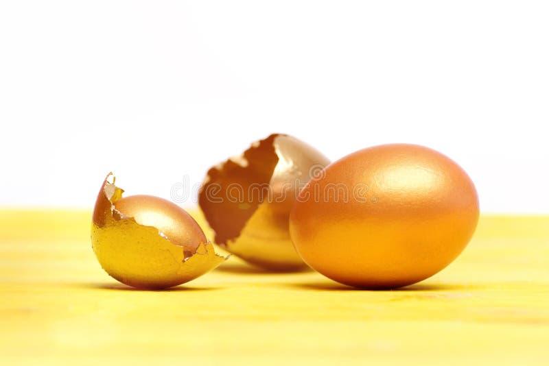 Σπασμένο κοχύλι αυγών Πάσχας χρυσό, μελλοντική ζωή, πολυτέλεια και επιτυχία στοκ εικόνα