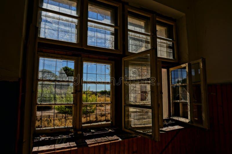 Σπασμένο παράθυρο στο εγκαταλειμμένο σπίτι, εικόνα HDR στοκ φωτογραφία