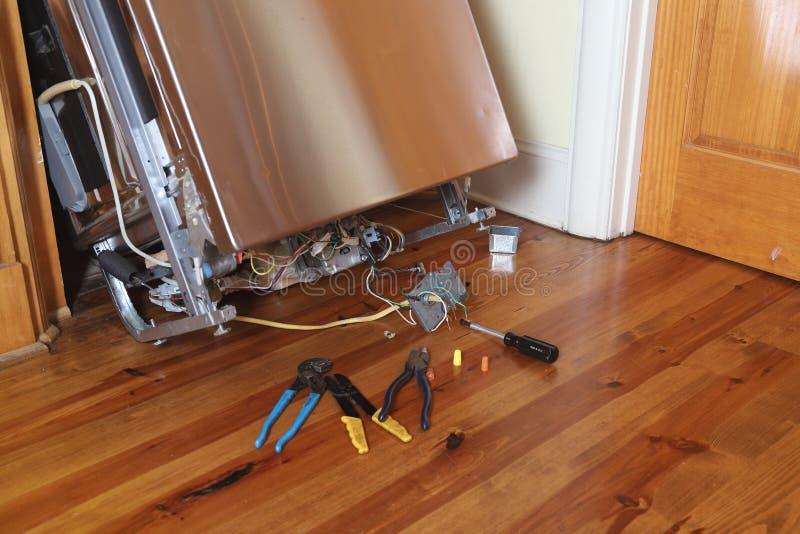 Σπασμένο πλυντήριο πιάτων που επισκευάζεται στοκ εικόνα