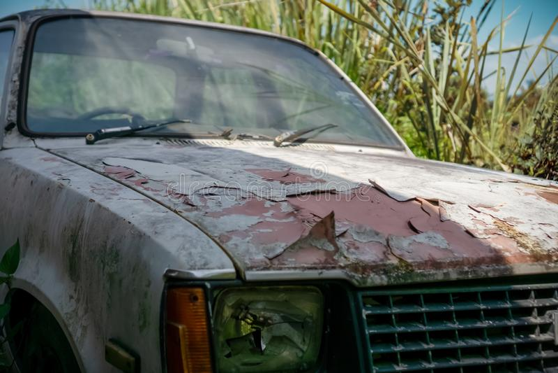 Σπασμένο σκουριασμένο παλαιό αυτοκίνητο στοκ φωτογραφία με δικαίωμα ελεύθερης χρήσης
