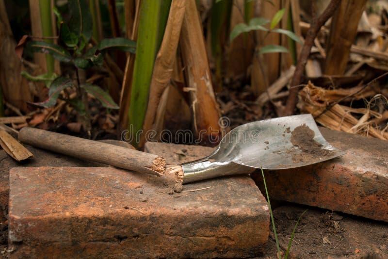 Σπασμένο φτυάρι στον κήπο στοκ φωτογραφίες