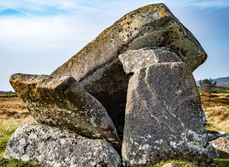 Σπασμένο Dolmen Kilclooney είναι νεολιθικό μνημείο που χρονολογείται από 4000 έως 3000 Π.Χ. μεταξύ Ardara και Portnoo στη κομητεί στοκ φωτογραφίες με δικαίωμα ελεύθερης χρήσης