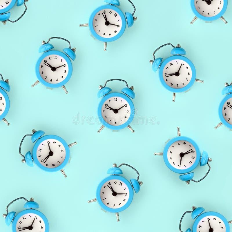 Σπατάλη της χρονικής έννοιας Πολλοί μπλε ξυπνητήρι απεικόνιση αποθεμάτων