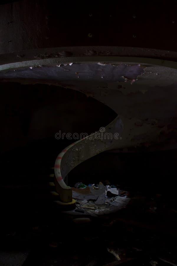 Σπειροειδής σκάλα στο εγκαταλειμμένο κτήριο στοκ φωτογραφίες με δικαίωμα ελεύθερης χρήσης
