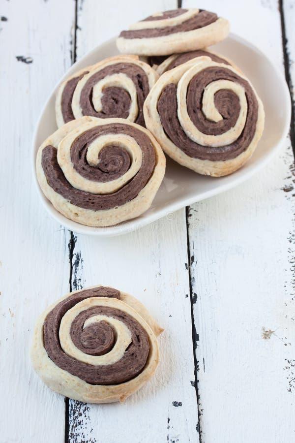 Σπειροειδή μπισκότα σε ένα άσπρο ξύλινο υπόβαθρο στοκ φωτογραφίες