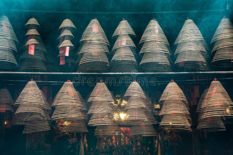 Σπειροειδή ραβδιά θυμιάματος στο ναό της Mo Yi Tai ατόμων στην οδό αντικνημίων Fu, Χονγκ Κονγκ Κίνα στοκ εικόνα με δικαίωμα ελεύθερης χρήσης