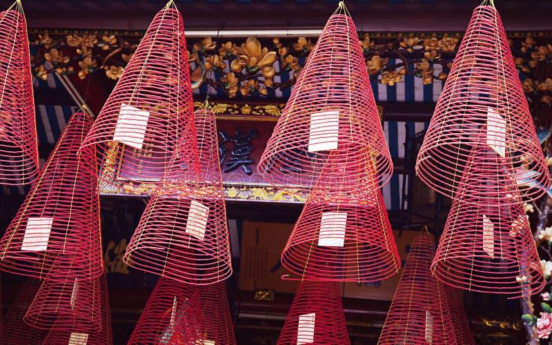 Σπειροειδείς καυστήρες θυμιάματος σε έναν βιετναμέζικο ναό στοκ εικόνες