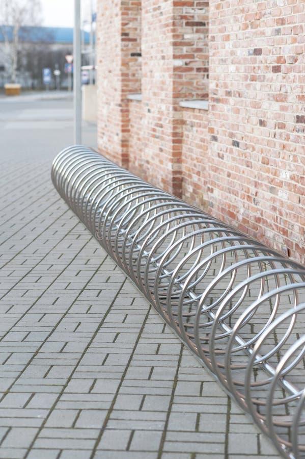 Σπειροειδής θέση στάθμευσης ποδηλάτων χρωμίου χάλυβα στοκ εικόνα με δικαίωμα ελεύθερης χρήσης